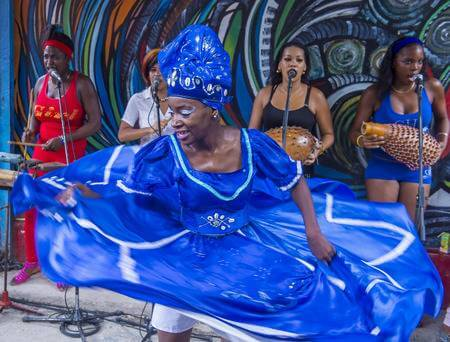 62870276-2016-年-7-月-18-日にハバナ-キューバのハバナ、キューバ-7-月-18-日-ルンバ-ダンサー。ルンバはキューバ音楽のダンス、パーカッション、歌などの世